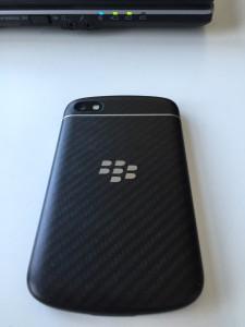 Blackberry Q10 liegend auf glatter Oberfläche