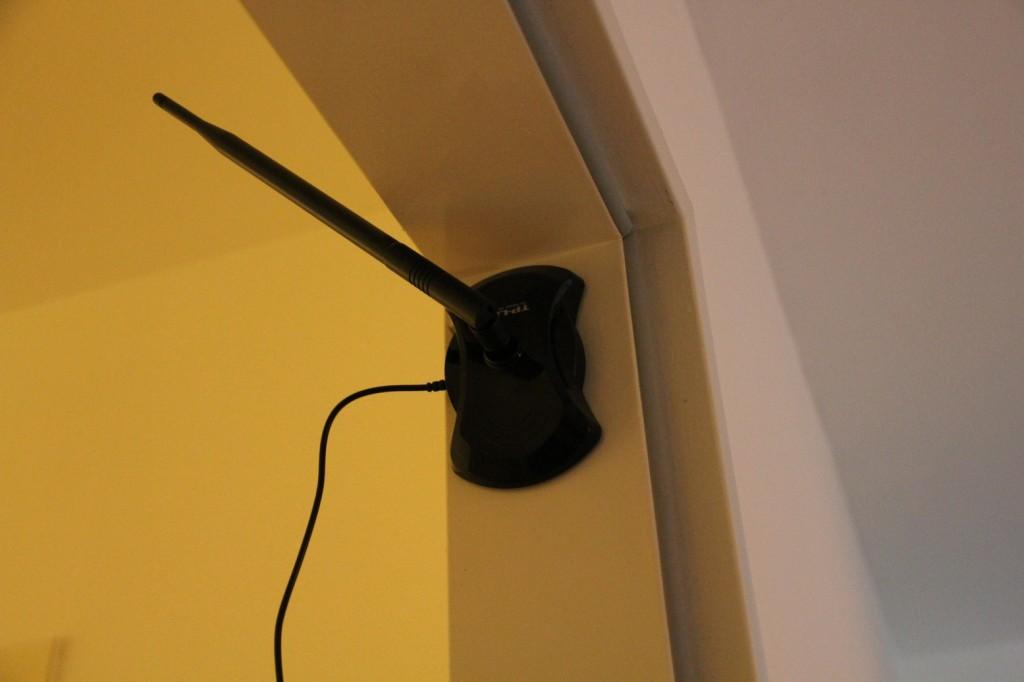 WLAN Antenne TP-Link an Türrahmen