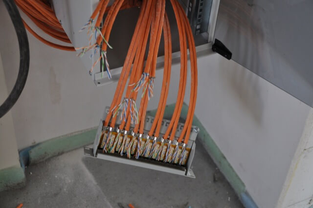 Netzwerkkabel auf Patchpanel auflegen
