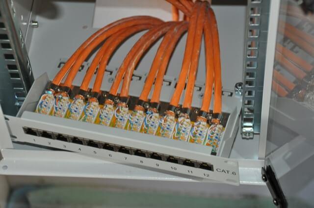 Netzwerkkabel auf Patchpanel aufgelegt