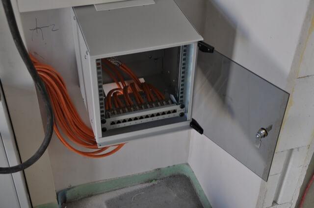 Patchpanel im Serverschrank eingebaut