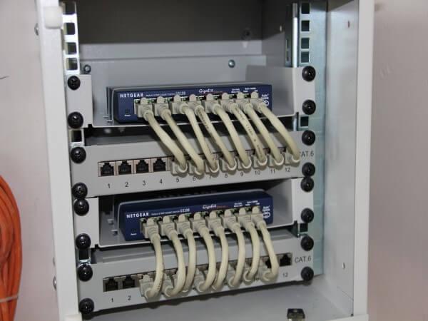 Patchkabel mit Switch und Patchpanel verbunden