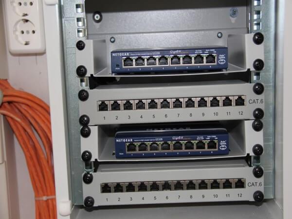 Switch und Patchpanel im 10 Zoll Serverschrank