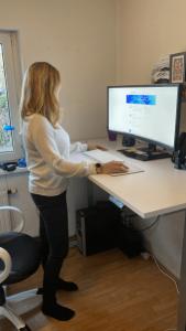 höhenverstellbarer Schreibtisch - Stehposition