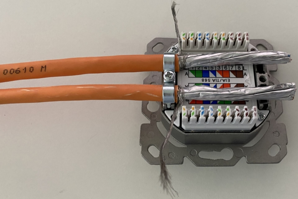 06 Cat 7 Kabel auf Dose geschraubt